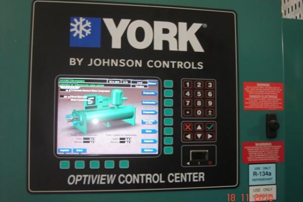 Vista do painel de comando do resfriador CH-01